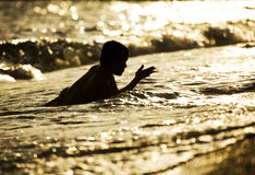 Kind in het overzees stock fotografie