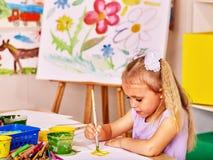 Kind het schilderen bij schildersezel Royalty-vrije Stock Afbeeldingen