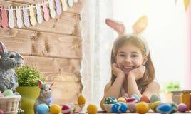 Kind het schilderen eieren Royalty-vrije Stock Fotografie