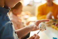 Kind het Schilderen Eieren voor Pasen-Close-up stock fotografie