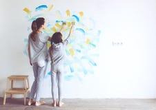 Kind het schilderen muur Stock Foto's