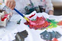 Kind het Schilderen op Doek Stock Fotografie