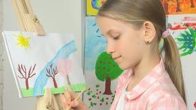 Kind het schilderen op schildersezel, schooljong geitje in workshopklasse, ambacht van de meisjes de werkende kunst stock footage