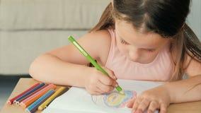 Kind het schilderen van de het jonge geitjevrije tijd van de hobbykunst het meisjestekening stock video