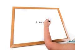 Kind het schrijven op droog wist raad stock foto's