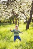 Kind het spelen buiten op de lente warme zonnige dag royalty-vrije stock afbeeldingen