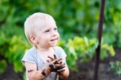 kind het spelen in de modder op de straat royalty-vrije stock afbeeldingen