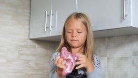 Kind het spelen hand - gemaakt stuk speelgoed geroepen Slijm stock videobeelden