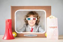 Kind het spelen met beeldverhaaltv stock afbeeldingen