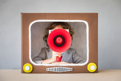 Kind het spelen met beeldverhaaltv royalty-vrije stock foto