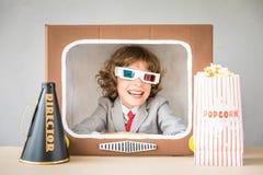 Kind het spelen met beeldverhaaltv stock fotografie