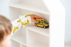 Kind het spelen met de dicht auto stock afbeeldingen