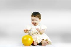 kind het spelen met een bal Stock Afbeeldingen