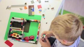 Kind het spelen met een bouwstuk speelgoed reeks stock videobeelden