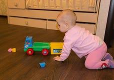 Kind het spelen met een stuk speelgoed auto Royalty-vrije Stock Afbeeldingen