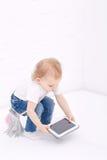 Kind het spelen met een tabletpc Stock Foto's