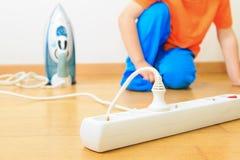 Kind het spelen met elektriciteit, jonge geitjesveiligheid stock foto