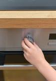 Kind het spelen met elektrische oven Royalty-vrije Stock Foto