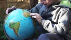 Kind het spelen met Globus stock videobeelden