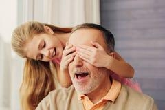 Kind het spelen met grootouder thuis stock foto
