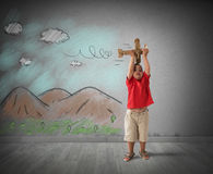 Kind het spelen met houten vliegtuig royalty-vrije stock afbeelding