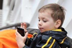 Kind het spelen met smartphone royalty-vrije stock foto's