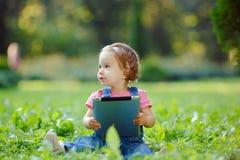 Kind het spelen met tablet in openlucht Stock Foto's