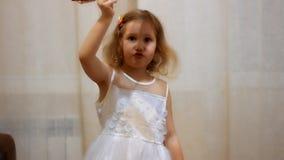 Kind het spelen met het vliegtuig Vlucht en reisconcept Babymeisje proef stock footage