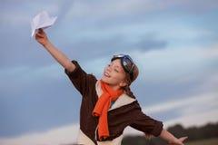 Kind het spelen met vliegtuigreis royalty-vrije stock afbeelding