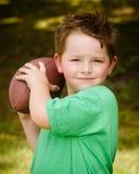 Kind het spelen met voetbal in openlucht royalty-vrije stock afbeeldingen
