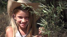 Kind het Spelen in Olive Orchard Studying Fruits, Landbouwer Little Girl door Boom 4K stock videobeelden