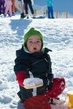 Kind het spelen op de sneeuw Stock Afbeeldingen