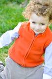 Kind het spelen op het gras Royalty-vrije Stock Foto's