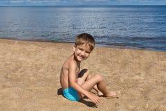 Kind het spelen op het strand royalty-vrije stock foto's
