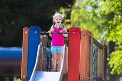 Kind het spelen op openluchtspeelplaats in de zomer Royalty-vrije Stock Afbeelding