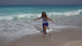 Kind het Spelen op Strand, het Letten op Overzeese Golven, Meisje het Spinnen op Kustlijn in de Zomer stock videobeelden