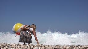 Kind het Spelen op Strand, Meisje die Kiezelstenen in Zeewater, de Zomer 4K werpen stock footage