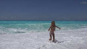 Kind het Spelen op Strand, Overzeese Golven bekijkt, Meisje het Lopen op Kustlijn in de Zomer 4K stock videobeelden
