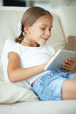 Kind het spelen op tabletpc stock foto's