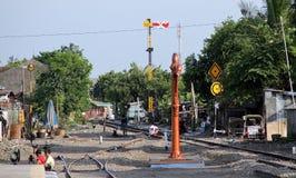 Kind het spelen op treinsporen bij de post Sangkrah solo Centraal Java Indonesia Stock Afbeeldingen