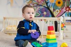 Kind het spelen speelgoed Royalty-vrije Stock Foto