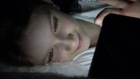 Kind het Spelen Tablet in Donkere Nacht, Meisje die Internet in Bed doorbladeren die, slapen niet stock videobeelden