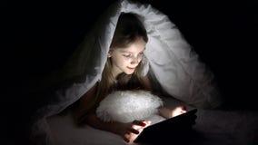 Kind het Spelen Tablet in Donkere Nacht, Meisje die Internet in Bed doorbladeren die, slapen niet stock video