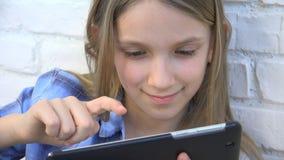 Kind het Spelen Tablet, Jong geitje die Smartphone, de Berichten van de Meisjeslezing Internet doorbladeren stock foto's