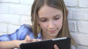 Kind het Spelen Tablet, Jong geitje die Smartphone, de Berichten van de Meisjeslezing Internet doorbladeren stock footage