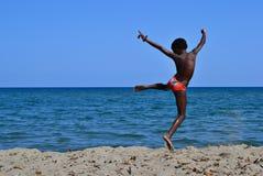 Kind het springen en overzees Stock Afbeeldingen