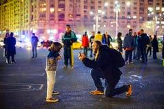 Kind het stellen bij anticorruptieprotesten, Boekarest, Roemenië royalty-vrije stock foto
