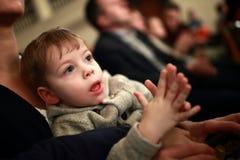 Kind het toejuichen in theater Royalty-vrije Stock Afbeelding