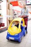 Kind het vriendschappelijke supermarkt winkelen Stock Foto's