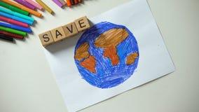 Kind het zetten sparen woord en het hart ondertekenen bij planeet het schilderen, ecologieconcept stock videobeelden